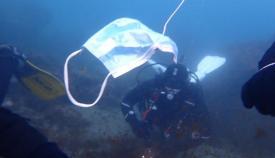 Las mascarillas también llegan como basura al fondo del mar. Foto: Verdemar