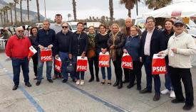 Los socialistas durante el reparto en el mercado de La Línea