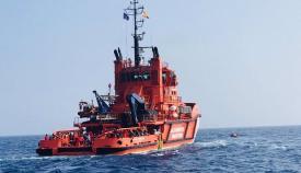 Trasladan a Algeciras a un rescatado de una neumática a punto de hundirse