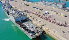 Imagen de la despedida, esta mañana, de la fragata 'Canarias'. Foto Cuartel General de la Flota