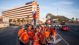 Juan Franco y su equipo, pegando los nuevos carteles
