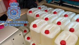 Varias garrafas de gasolina intervenidas por la Policía Nacional. Foto: NG