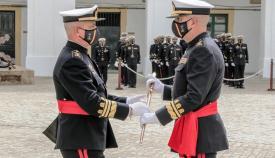El general Souto Aguirre, a la derecha, recibe el bastón de mando del general Roldán Tudela. Foto ARMADA/ ORP San Fernando