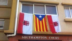 Banderas de Gibraltar y Estelada independentista de Cataluña
