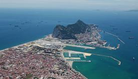 Vista área en la que se aprecia la concentración de buques alrededor del Peñón