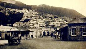 Postal antigua de la entrada a la ciudad