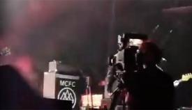 Una cámara ante el escenario del festival de música