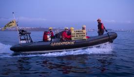 Activistas de Greenpeace, esta mañana en aguas de la Bahía de Algeciras