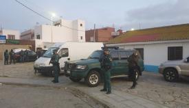 Agentes de la Guardia Civil en el barrio de la Atunara, en La Línea. Foto: NG