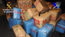 Imagen de archivo de un alijo de droga incautada por la Guardia Civil
