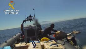 Agentes de la Guardia Civil extrayendo hachís del fondo del mar