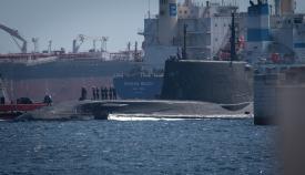El submarino nuclear británico HMS Artful maniobra en el puerto de Gibraltar. Foto Sergio Rodríguez