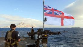 El HMS Forth con Gibraltar al fondo
