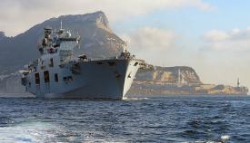 HMS Ocean sale de la Bahía de Algeciras en una imagen de 2014