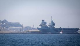 El portaaviones HMS Prince of Wales atraca fuera de la dársena interior del puerto. Foto Sergio Rodríguez