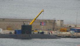 El HMS Talent, en el puerto de Gibraltar siendo reparado