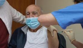 Uno de los mayores vacunados. Foto GHA