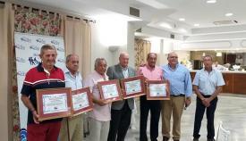 Los homenajeados por la Asociación de Vecinos de Palmones, con su reconocimiento