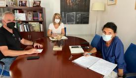 Pilar Pintor en una reunión con el arqueólogo municipal. Foto NG