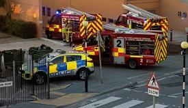 Bomberos y Policía de Gibraltar, ayer junto al hospital. Foto: GBC