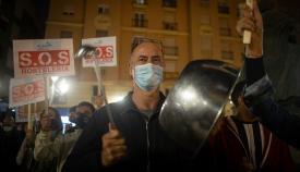 Uno de los manifestantes protestando con una cacerola. Foto: Sergio Rodríguez