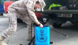 Infante de marina preparándose para efectuar una desinfección. Foto ORP / CG Flota