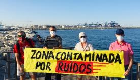 Desplegada una pancarta para denunciar la contaminación en el puerto