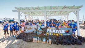Fotografía de familia de los participantes en el World Clean Up Day.