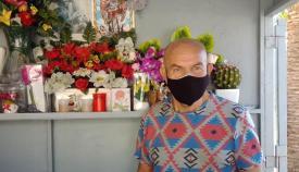 Paco Benítez en su puesto de flores