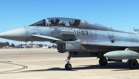 Un 'Eurofighter' del Ala 11 rueda a pista para el despegue, ayer, en la base de Morón. Foto LR