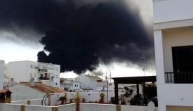 Impresionante nube que puede ser tóxica sobre Guadarranque