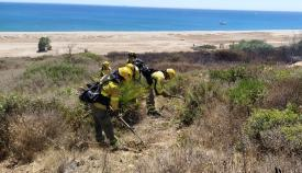 Varios efectivos del Infoca, en las tareas de extinción del fuego. Foto: NG