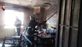 Imagen del salón incendiado en una vivienda de La Línea