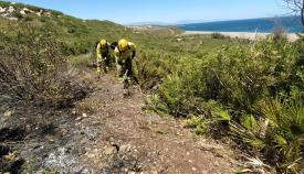 Trabajos del INFOCA en la zona del último incendio en la comarca. Foto: INFOCA