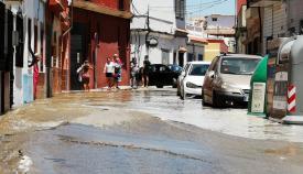 Parte de la calle Colón de La Línea, inundada tras la rotura de una tubería