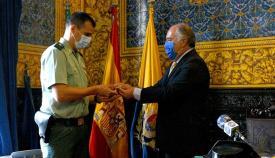 Momento de la entrega de la insignia por parte del primer edil al mando de la Benemérita