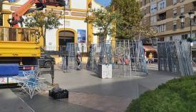 Ya han comenzado los trabajos de instalación del alumbrado navideño. Foto: lalínea.es