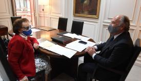 El alcalde de Algeciras recibe a la poetisa nonagenaria Isabel Campano