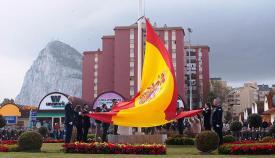 Momento en que la bandera es izada en la plaza Carlos III. Foto Sergio Rodríguez