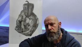 Jacky Bernal junto a una de sus obras
