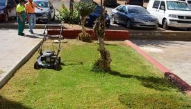 El césped también se ha cortado en la barriada de La Paz de San Roque