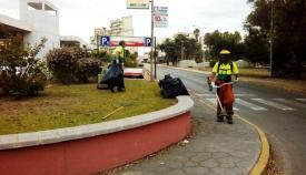 Operarios municipales en plenas tareas de jardinería