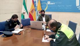 El concejal Jorge Juliá y agentes de la Policía, en una imagen de archivo. Foto: algeciras.es
