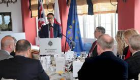 Joseph García se dirige a la comisión parlamentaria británica de visita en Gibraltar
