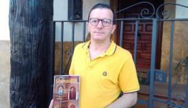 Juan Carlos Muñoz con su nuevo libro