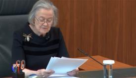 La jueza Hale lee la explicación del tribunal