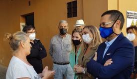 La consejera, el alcalde y vecinos de la Gravina