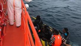Los inmigrantes, en el momento de ser rescatados por Salvamento Marítimo