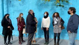 Landaluce asiste a un taller de pintura mural para niños en la calle Tarifa