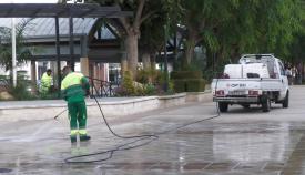 Un operario de limpieza en San Roque. Foto NG